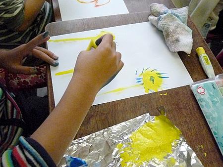 3年生はスポンジで絵を描きました